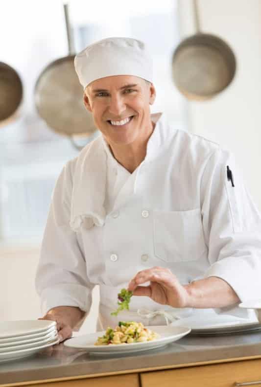 Chef de Cozinha Finalizando Prato